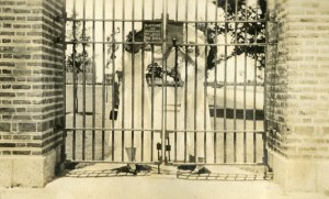 Latch the Gate 1917 Knapp
