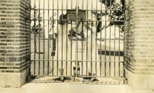 Latch the Gate 1917 Knapp