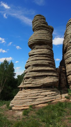 The magnificient grante pillars have various shapes and the well-developed horizontal joints caused the rocks to break into fine layers, making them look like piled books.