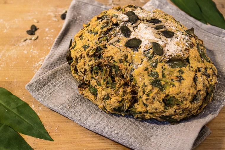 Knuspriges, veganes Bärlauchbrot mit Kurkuma, Dinkelvollkornmehl und Zucchini