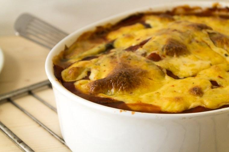 Ein Rezept für eine richtig cremige und leckere vegane Lasagne mit würziger Béchamelsauce und veganer Käsekruste. Gleich abspeichern oder direkt zum Rezept klicken!