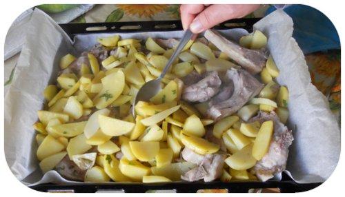 agnello con le patate al forno a metà cottura