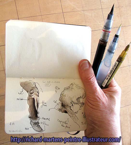 Tenue de trois outils (feutre tubulaire, pinceau-réservoir à encre et pinceau-réservoir d'eau) et d'un carnet d'une seule main. Photo : Richard Martens.