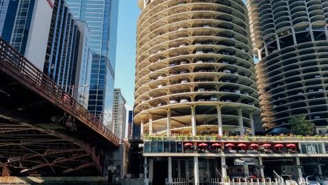 Une tour d'habitation dont les premiers étages sont réservés aux voitures