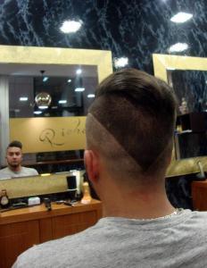 Corte de pelo hombre agresivo en pico Richards Barbers