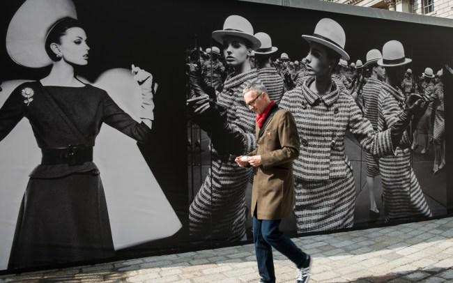 Photo London Colour against the mono