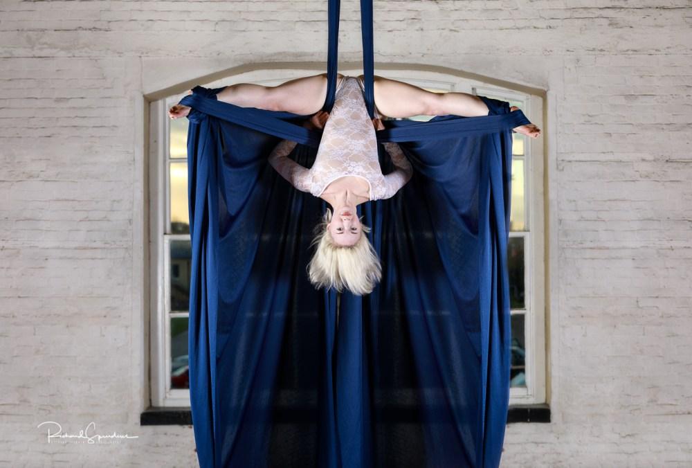 Efiap/Platinum aerial splits blue silks