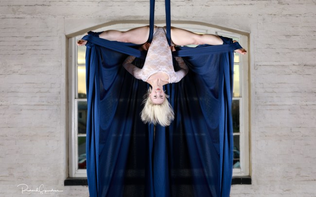 Efiap/Platinum aerial splits blue silks