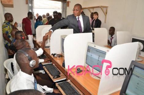 Le ministre ivoirien des TIC effectuant une visite dans un cybercafé. crédit photo: Koaci
