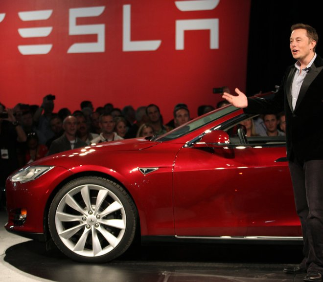 elon-musk-with-tesla-vocabulario-en-inglés-found-net-worth-tie