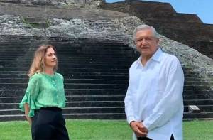 president lopez obrador at the mayan ruins in comacalco with his wife beatríz gutierrez
