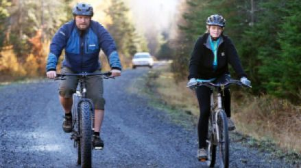 kaci hickox riding bike with her boyfriend (now husband)--vocabulario en inglés--defiance