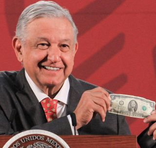 lopez obrador showing one of his good luck charms--a $2 bill--vocabulario en ingles