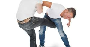 a guy kicking another guy in the balls--vocabulario en inglés--painful