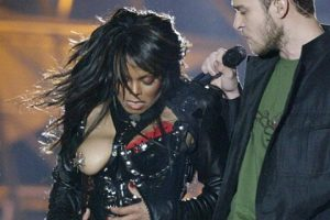 janet jackson & justin timberlake performing at halftime of super bowl xxxviii