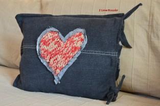 cuscino in jeans nero con cuore in maglia 1