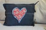 cuscino in jeans nero con cuore in maglia 3