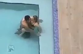 Follando en la piscina de un hotel