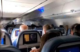 Kissasins en avion masturbandose en el baño