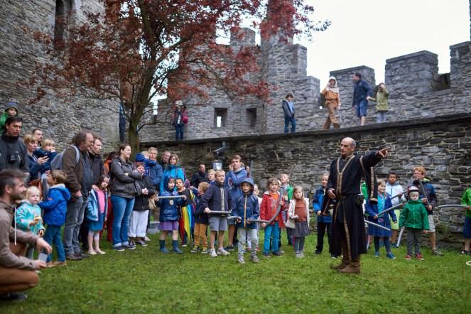 Ridder Gene stoomt de kinderen klaar voor de kiddybattle...