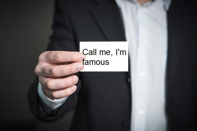 Un homme présente sa carte de visite