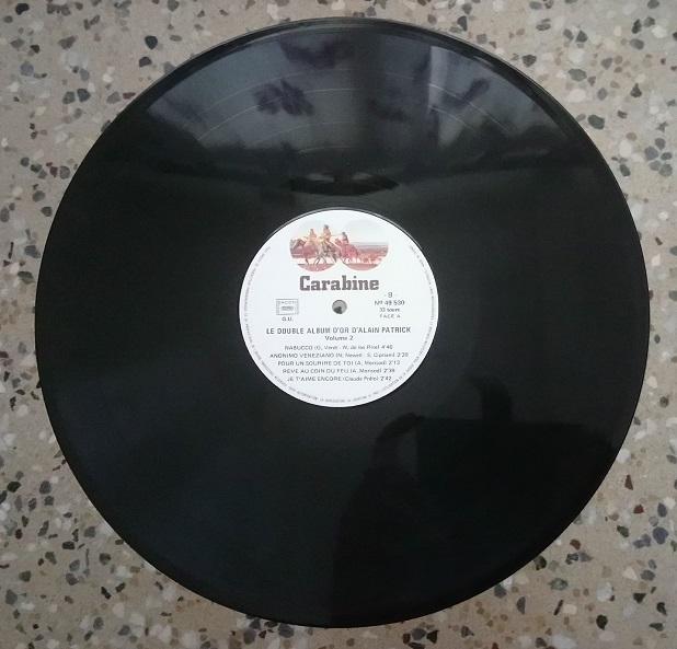 Un vieux disque vinyle rayé