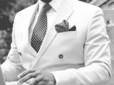 Photo du buste d'un Homme habillé en costume blanc, avec une cravate et une pochette