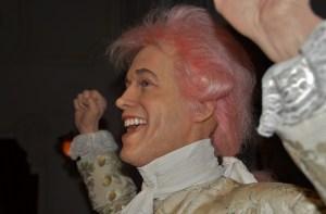 Mozart aurait pu ressembler à cela : un beau jeune homme portant une perruque rose