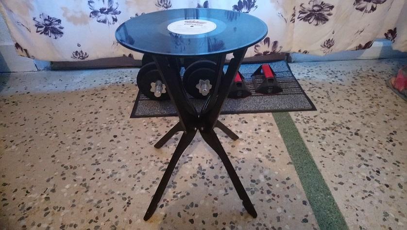 Table basse vintage réalisés à partir de vieux disques vinyles et de cintres
