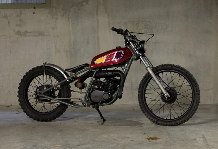 Yamaha Mythiques : une 125 DTMX customisée façon bobber.