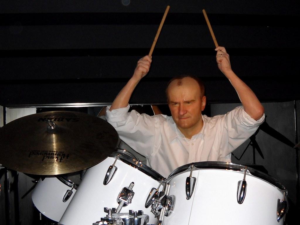 Phil Collins : batteur de Genesis, et chanteur du groupe depuis le départ de Peter Gabriel