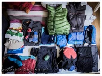 Auf diesem Bild ist Nikos komplette Bekleidung für die kommenden 18 Monate zu sehen. Es fehlt lediglich die Regenhose, die Radschuhe, die neuen Socken (hingen auf der Leine) und ein Pullover/Jacke aus Merinowolle (die hatte ich bereits an).