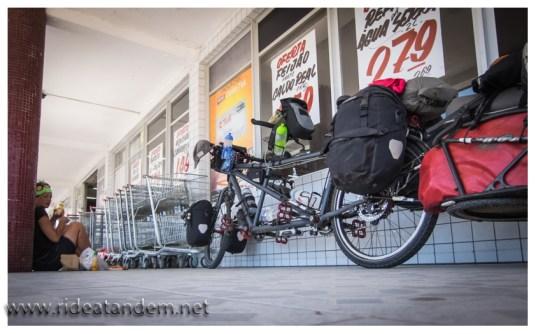 Mittagspause heisst nicht immer romantisches Plätzchen, manchmal muss es auch der Schattenplatz am Supermarkt tun.