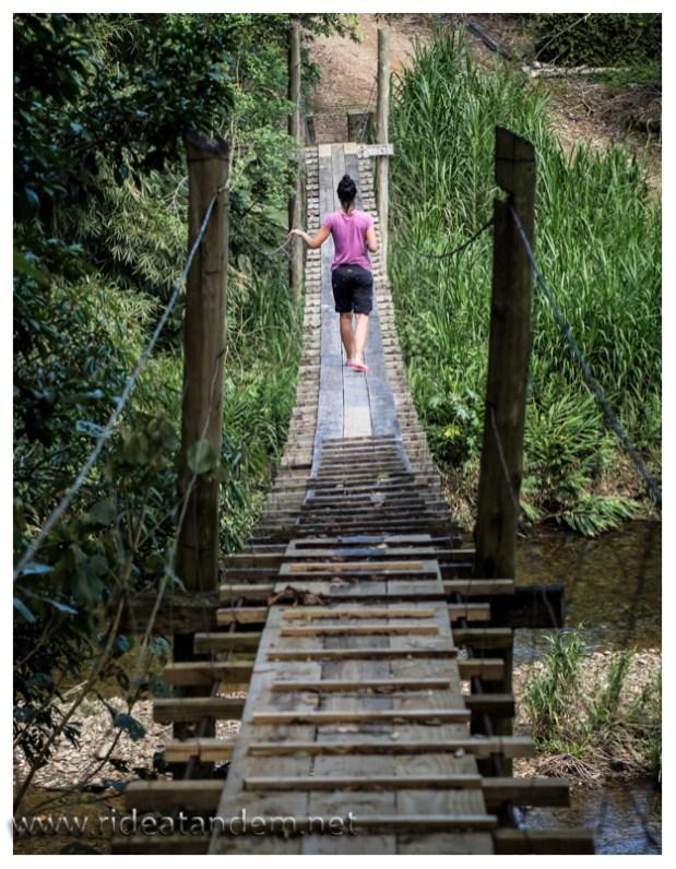 Überall in den Täler führen solche Hängebrücken über die Flüsse. Viele absolut vertrauenserweckend, manche weniger. Spass ist aber garantiert.