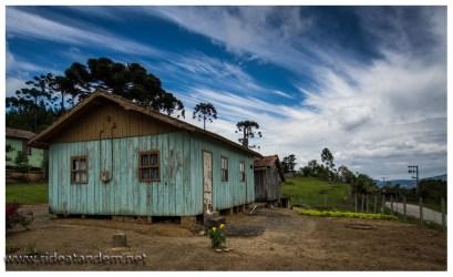 Für diese Gegend ein recht typisches Haus, auf dem Land. In den Orten eher aus Stein