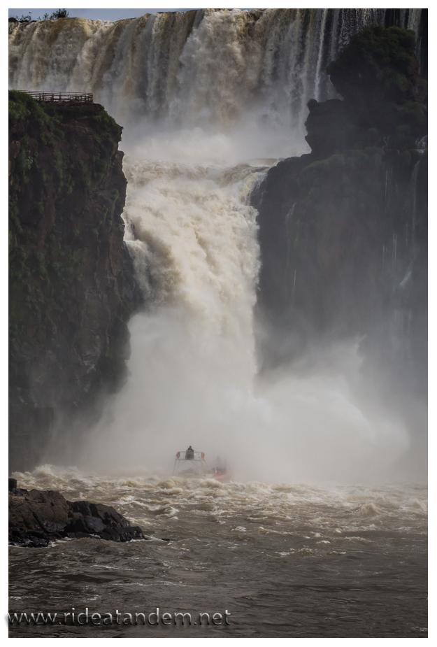 Es geht unfassbar tief hinein, in den Wasserfall. In jedem reicht es um komplett nass aus dem Boot zu steigen.