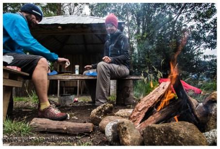 Feuer machen vertreibt Mücken und Kält