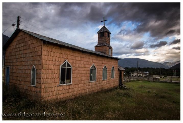 Typische Bauweise auf der Carretera Austral, Fischgrätmuster. Kirche in Almengual.