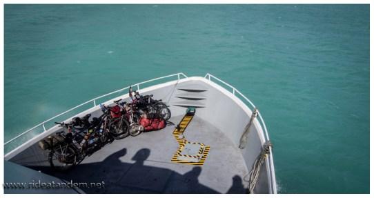 Auf dem Mini-Schiff, das Tandem und Freunde