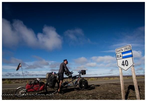 Ruta 40, die wohl bekannteste Strasse in Patagonien. Berühmt und berüchtigt. Gerne im schlechtem Zustand, noch lieber mit viel (sehr viel) Wind und manchmal auch noch mit Regen. Wir haben Glück, Mieke hat Geburtstag, die Sonne scheint, der Wind hält sich zurück und es ist nicht kalt.