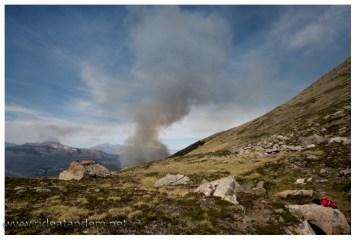 Oben bei der Quelle sind jetzt auch die Rauchwolken deutlich sichtbar. Etwa 50 Minuten haben wir hierhin benötigt.