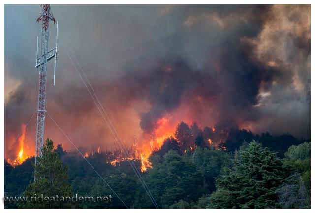 Die Flammen sind so nah, wir können sie hören und fühlen die Wärme.