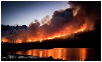 Wir dürfen im Nationalpark übernachten. Müssen allerdings in einen kilometerentfernten Campingplatz. Auf der anderen Seeseite wird das Ausmass des Brandes nochmal deutlich. Unser Wanderweg ist komplett weg.