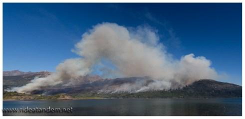Zum Verlassen des NP können wir den Brandberg nochmal betrachten. Das Feuer ist da, wenn auch kleiner. Der Wald ist quasi weg und der Park wird für Besucher erstmal gesperrt. Sicher war gut, wir waren zu keiner Zeit nervös oder gar hektisch/panisch. Sondern eher ruhig, einigermassen überlegt aber doch zügig und um Eile bemüht.