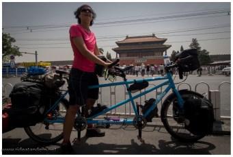 Angekommen im Zentrum. Wir stoppen vor der verbotenen Stadt, machen ein schnelles Bild, danach werden wir weggeschickt. Halteverbot für Radfahrer, auch einen neue erfahrung.