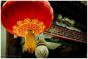 Die roten Ballone sollen auf Restaurants hinweisen, dann wäre es hier eine Fressmeile die seines gleichen sucht. Manchmal hängen die einfach so da. Vielleicht zur Verwirrung der Touristen.