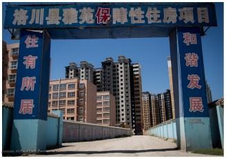 """China in der """"Neuzeit"""", der Baustil hat noch Luft nach oben. Wir stehen mehr auf Altbau, und dies hier sind noch die Schönen! Aber Pingyao kann auch nicht überall sein."""