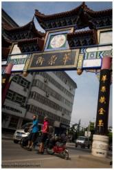 In Vancouver steht auch ein solches Tor. Dort ist es der Eingang von China-Town. Hier irgendwie auch.