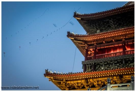 Am Abend in Xi'an lassen die Verkäufer Drachen steigen, in schwindelerregende Höhen.