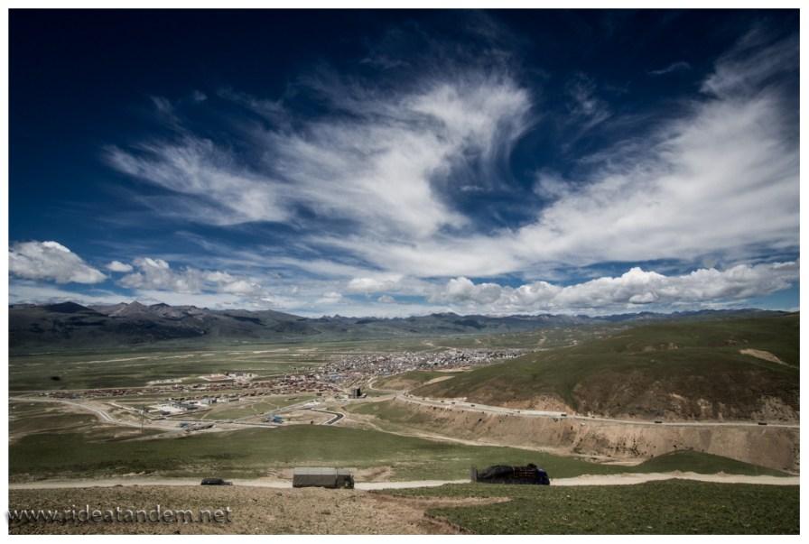 Ein Blick auf Litang. Litang liegt auf 4000m, viele Chinesen meinen es wäre die höchstgelegene Stadt der Welt. Das stimmt, wenn die Welt nur aus China besteht, wenn aber Südamerika mitspielen darf, sieht dies anders aus.